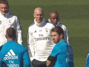 Zidane charla con los jugadores y dirige su primer entrenamiento tras su vuelta al Real Madrid