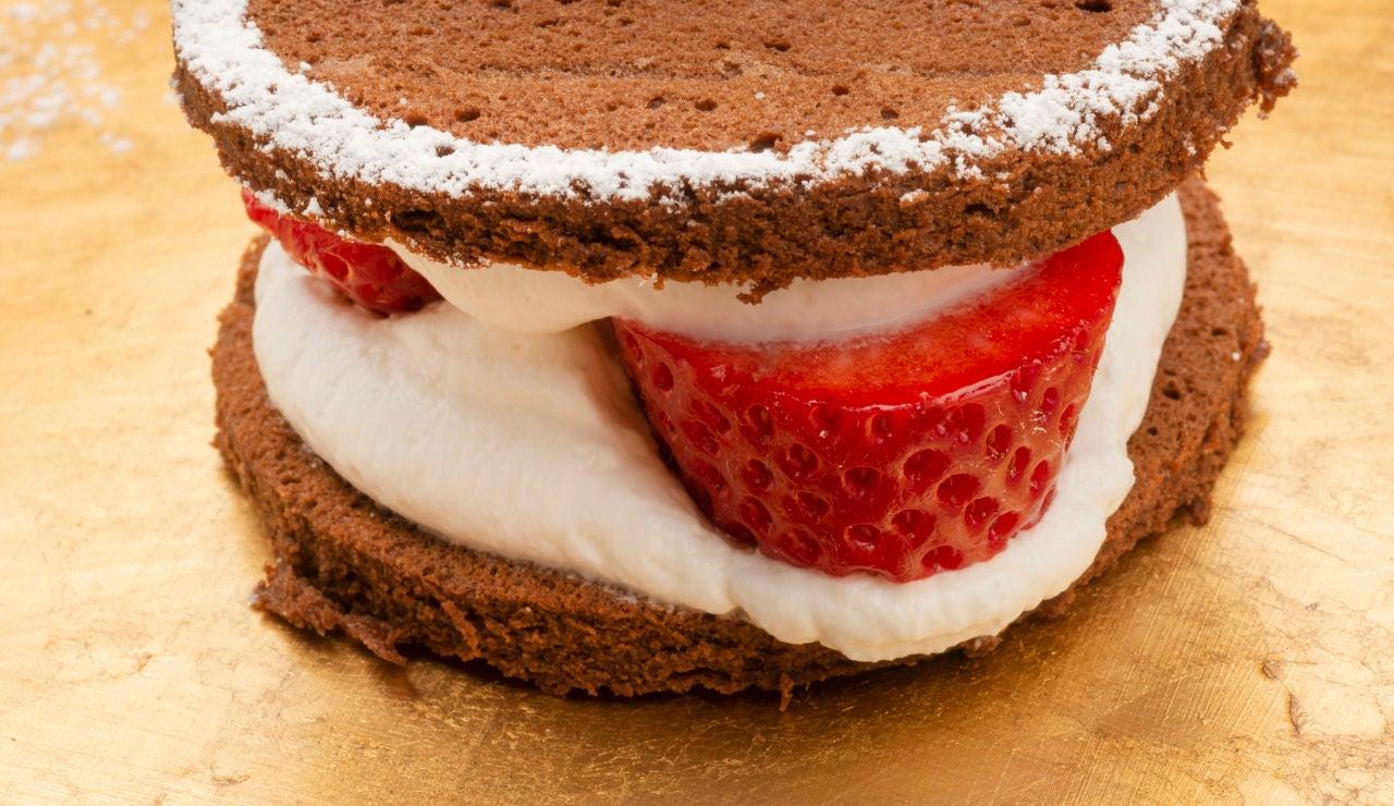 Bizcocho de chocolate relleno de fresas y nata