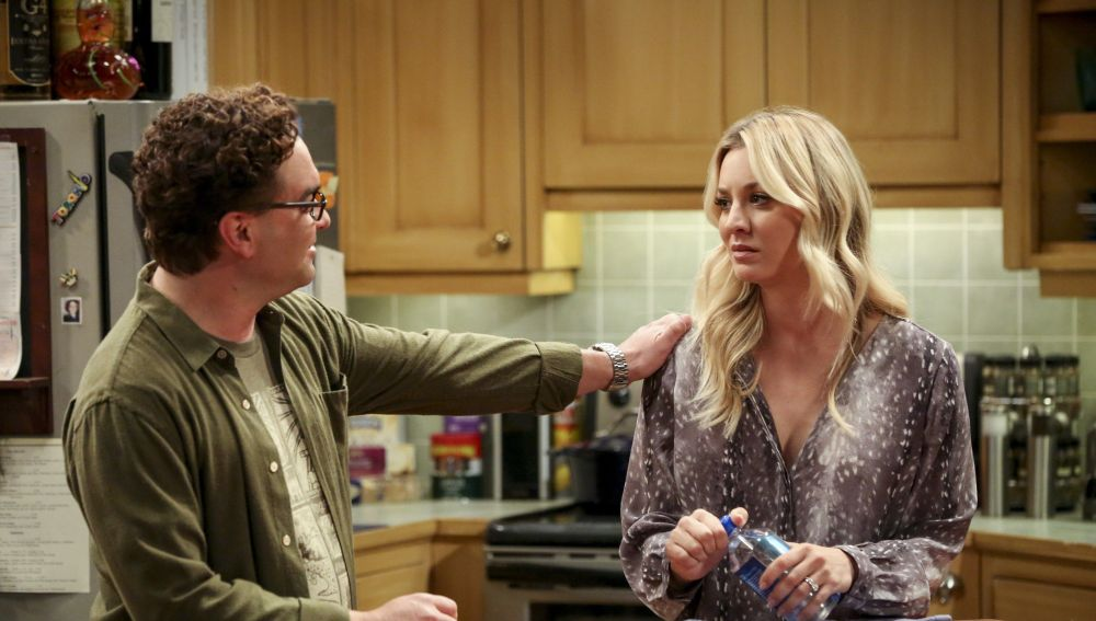 Kaley Cuoco y Johnny Galecki como Penny y Leonard en 'The Big Bang Theory'