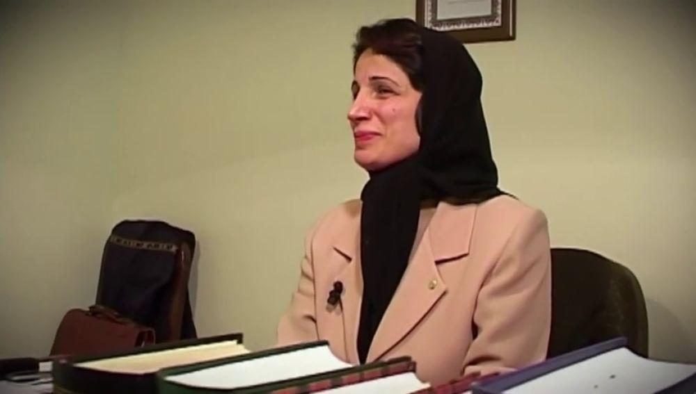 Condenan a 33 años de prisión y 148 latigazos a una activista iraní por manifestarse en contra del velo