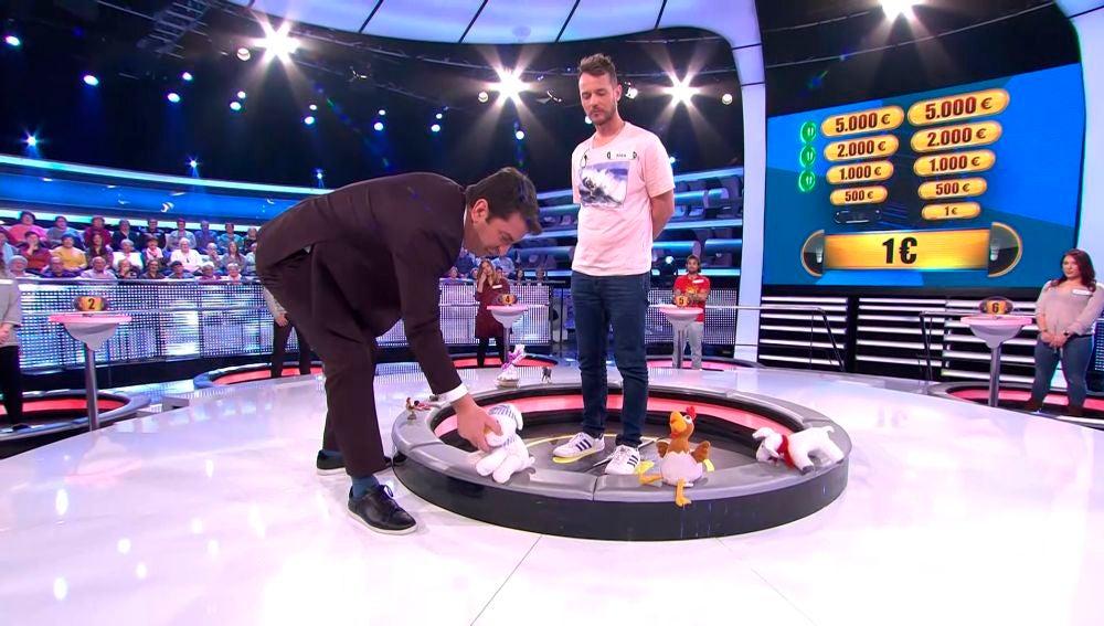 Arturo Valls decide hacer limpieza de los regalos en la trampilla central de '¡Ahora caigo!'