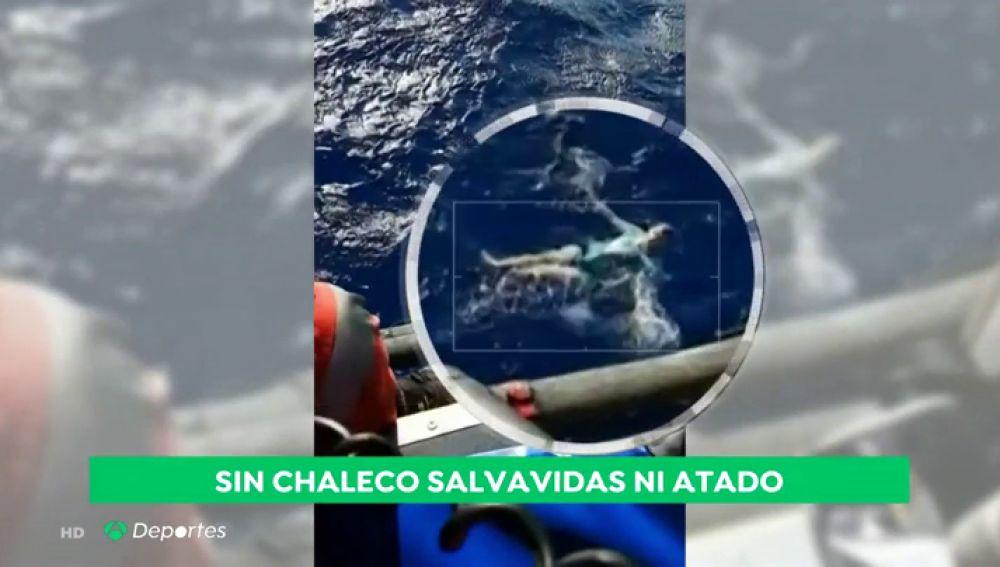 Un hombre sobrevive en el mar al utilizar sus pantalones vaqueros como chaleco salvavidas