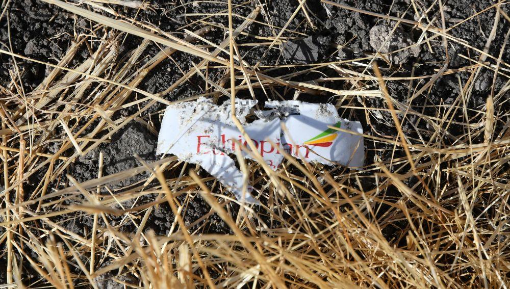 Un resto con el logotipo de Ethiopian Airlines, en el lugar en el que el avión Boeing 737 MAX 8 se estrelló