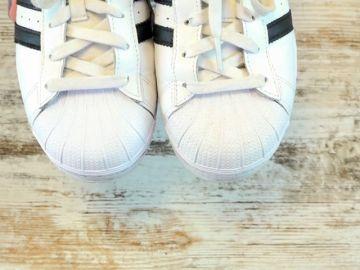 El truco viral para limpiar unas zapatillas blancas de manera efectiva