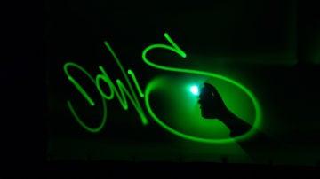 El arte lumínico Ales Jinder emociona a Antonio Banderas con este homenaje a 'Dolor y Gloria'