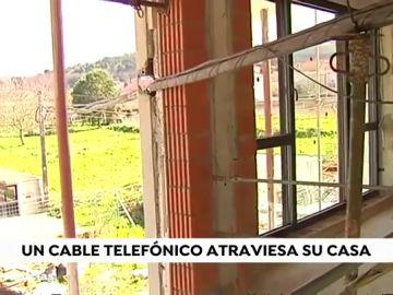 Un cable atravesado impide finalizar la obra en una casa de Noia