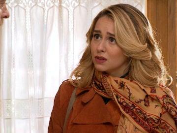 Luisita, frustrada por la fría actitud de su padre tras saber que está enamorada de Amelia