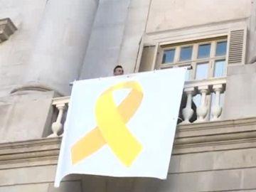 Antena 3 Noticias 1 (14-03-19) Un grupo de personas descuelga una pancarta con un lazo amarillo del Ayuntamiento de Barcelona y operarios la vuelven a colocar