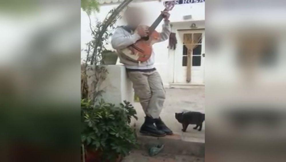 """El vídeo del padre de los niños asesinados en Godella cantando con la guitarra: """"La magia está en el no pecar"""""""