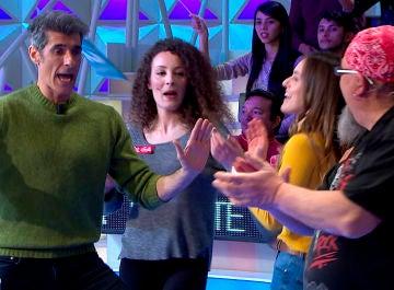 El sensual baile de Jorge Fernández y un concursante rockero al ritmo de 'Isla Morenita' de Carlos Sadness