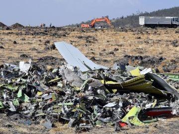Restos del fuselaje del avión Boeing 737 MAX 8 de Ethiopian Airlines