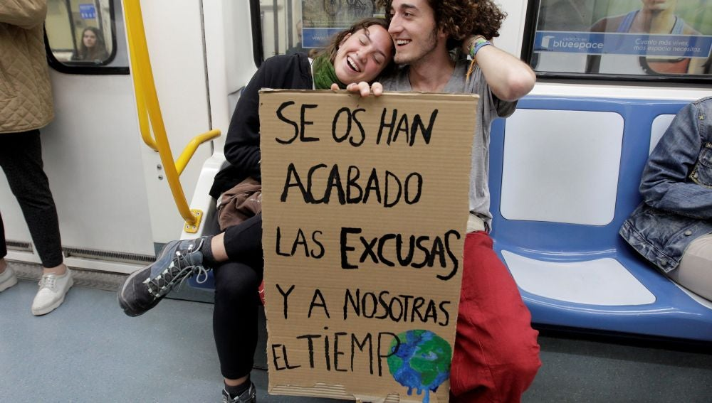 Dos estudiantes que se dirigen en metro a la manifestación estudiantes