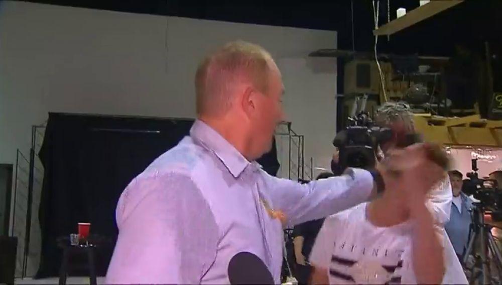 El senador que relacionó la inmigración con la matanza de Christchurch se pelea a puñetazos con un joven tras recibir un huevazo