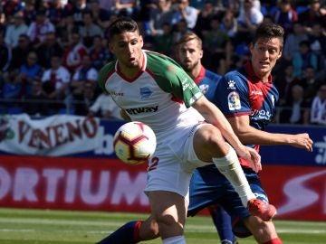 Calleri controla un balón en el partido frente al Huesca