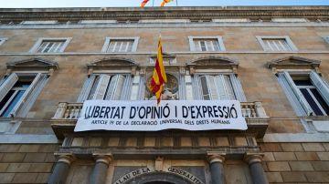 """Torra cuelga otra pancarta en el Palau: """"Libertad de opinión y expresión"""""""