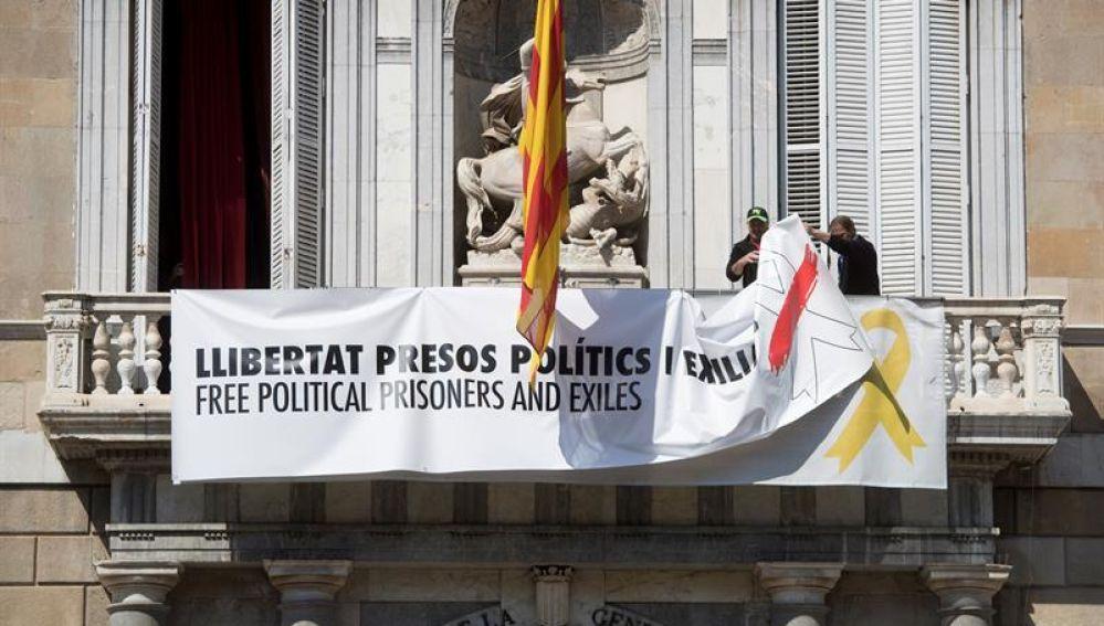 Retiran la pancarta de la fachada de la Generalitat