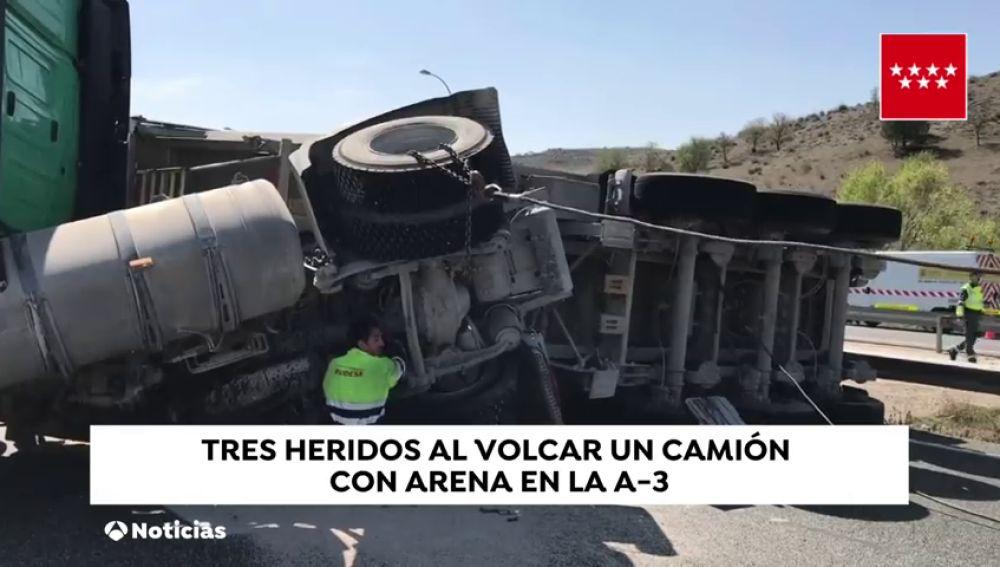 Tres heridos al volcar un camión con arena en la A-3