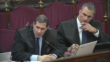 secretario general de Vox, Javier Ortega Smith (d) y el abogado del partido Pedro Fernández