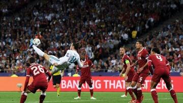 Gareth Bale, en el momento de ejecutar su chilena en Kiev