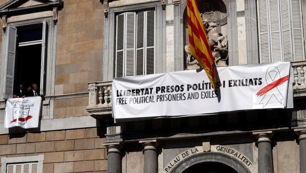 Pancarta que cuelga en el Palau de la Generalitat