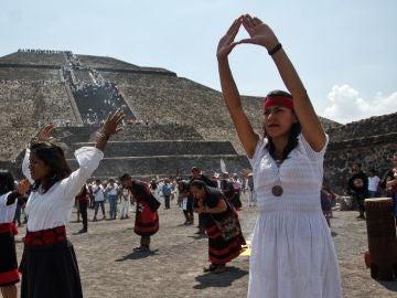 Danzantes de la cultura prehispánica dan la bienvenida al nuevo sol en Teotihuacán