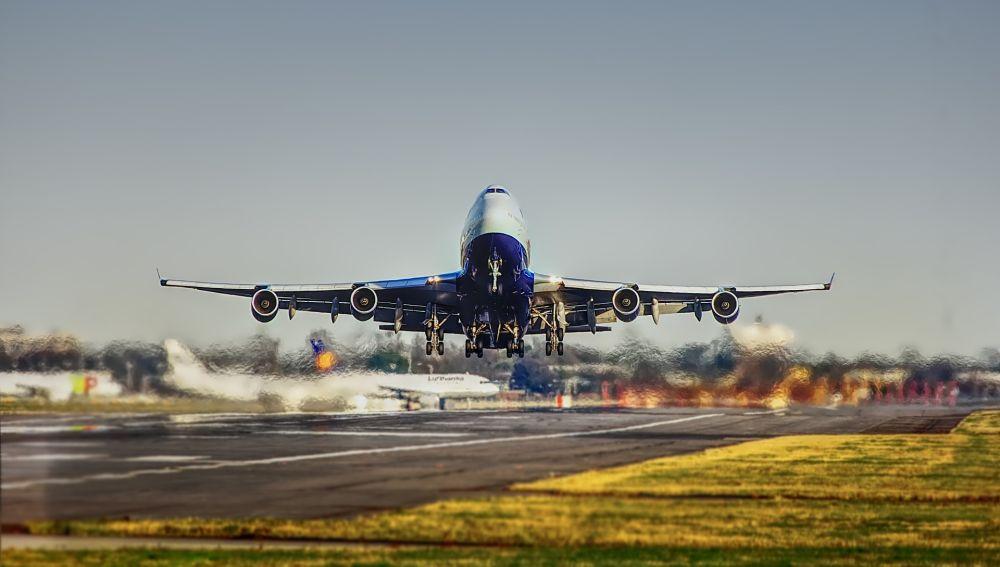 Un avión en el momento del despegue