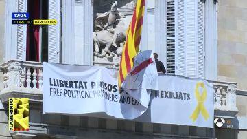 Retiran la pancarta de la fachada del Palau de la Generalitat