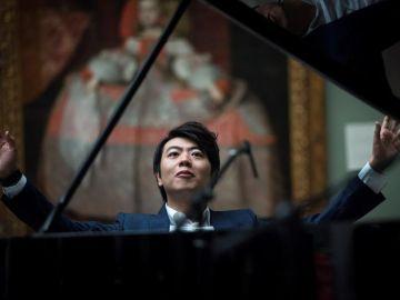 El pianista chino Lang Lang tocando frente al cuadro 'La Meninas'