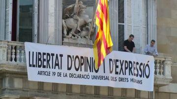Colocan una nueva pancarta en la fachada del Palau de la Generalitat: 'Libertad de opinión y expresión'