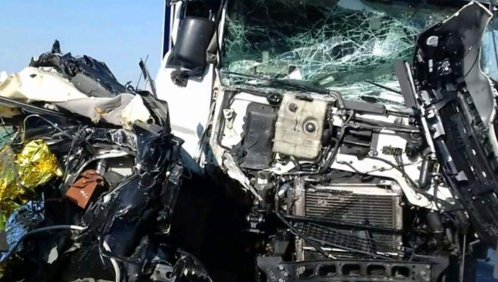Muere una mujer en un accidente tras quedar atrapada entre dos camiones en la A-2