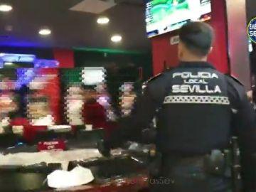 Precintado un salón de juegos que permitía entrar a menores en Sevilla