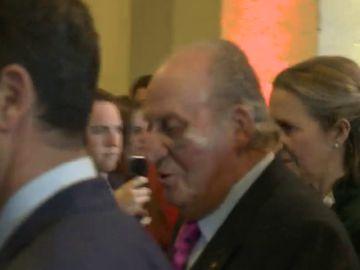 El Rey Juan Carlos aparece en un acto público con un gran moratón en el ojo