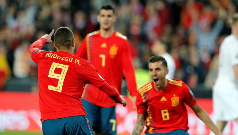 Rodrigo celebra un gol con Ceballos
