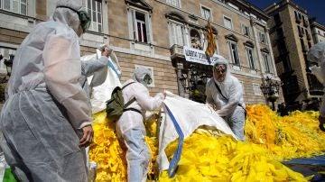 Tiran miles de lazos amarillos frente al Palau de la Generalitat