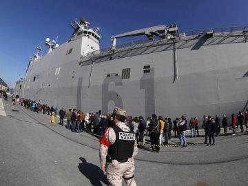 Imagen de las largas colas en Getxo para ver el portaaviones 'Juan Carlos I'