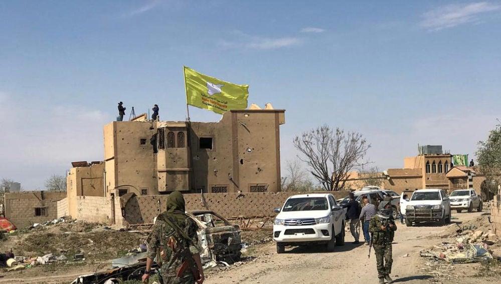 La bandera de las milicias kurdas sustituye a la yihadista en Al Baguz