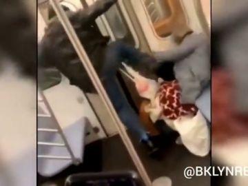 Detenido el hombre de 36 años que golpeó brutalmente a una anciana en el metro de Nueva York