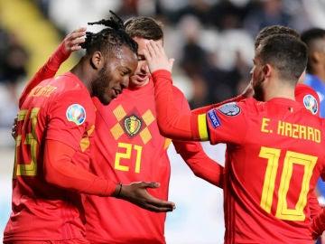 Hazard y Batshuayi celebran un gol