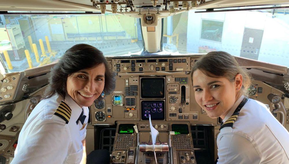 Madre e hija pilotando un avión