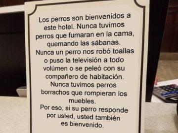 Cartel viral donde dice que los perros son bienvenidos al hotel