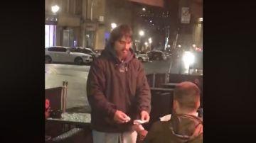 Un hombre le da su tarjeta de crédito a un sintecho