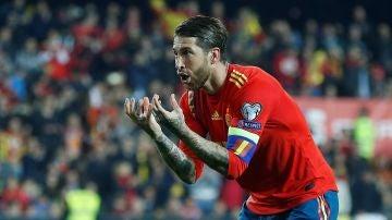 Sergio Ramos celebra un gol con la selección española