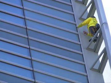El 'spiderman francés' arriesga su vida por una buena causa