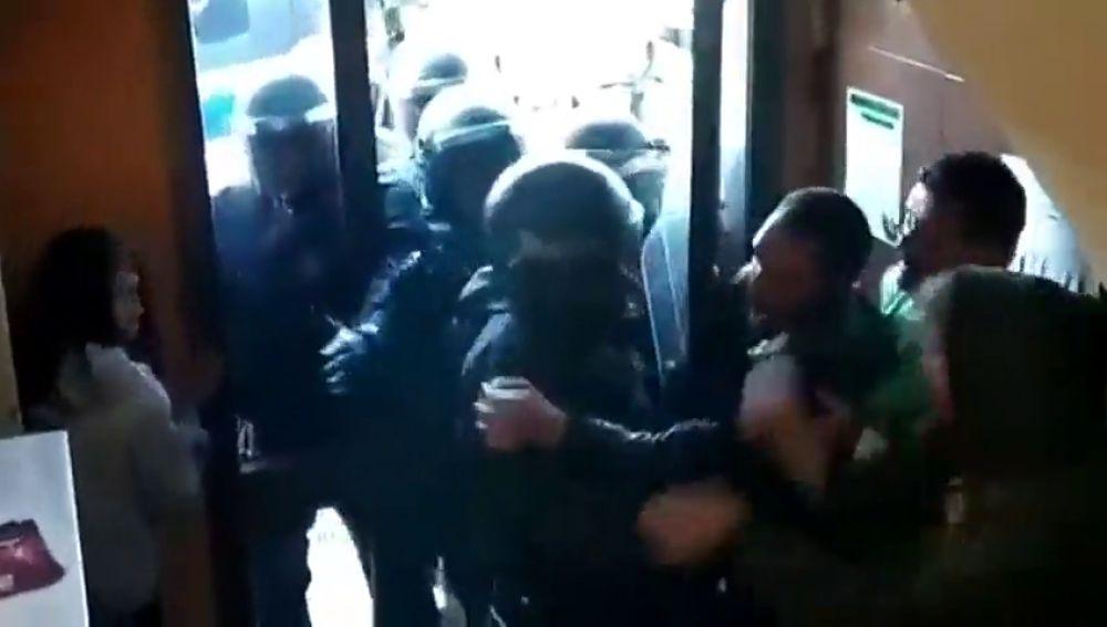 Tensión durante un desahucio en Manresa, Barcelona