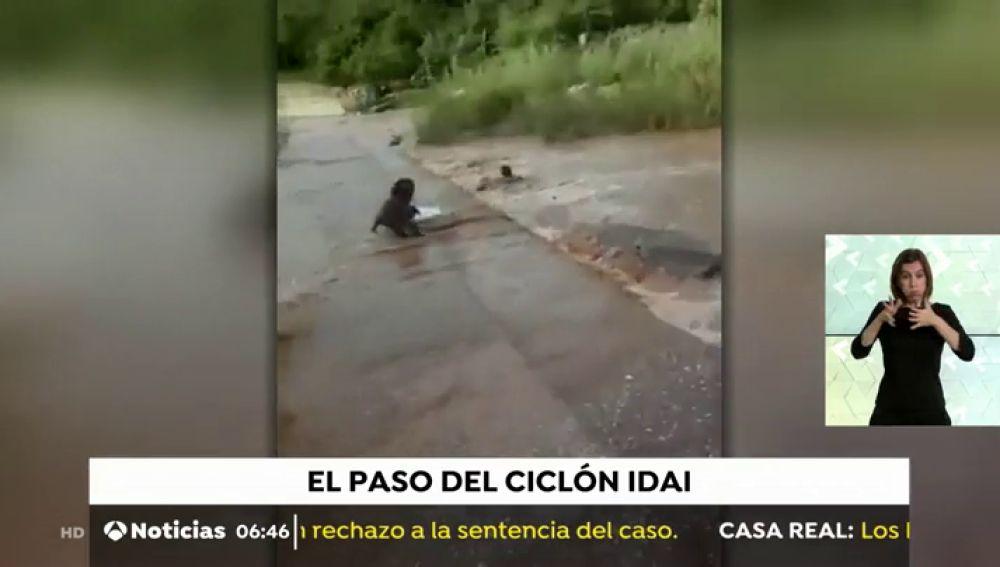 Impresionante rescate de un niño arrastrado por la corriente en Mozambique
