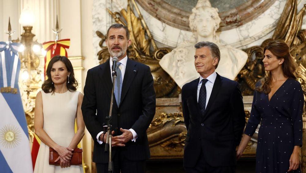 El rey Felipe VI y la reina Letizia junto al presidente argentino Macri y la primera dama