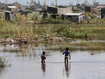 Las calles del distrito de Tica, Mozambique, permanecen inundadas
