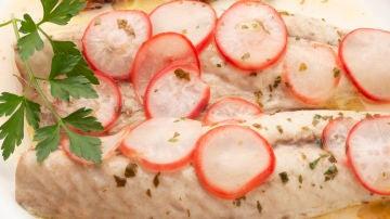 Verdel asado con salsa de limón y rabanitos