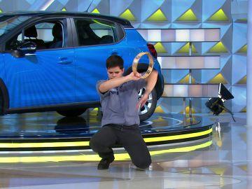 Alberto intenta conquistar a Laura Moure cantándole 'Clavelitos' y haciendo Kung-fu con una pandereta