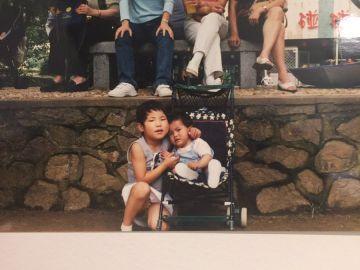 Fotografía de Sara junto a la chica que la cuidó en el orfanato chino